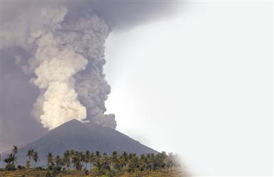 拍摄的喷发中的阿贡火山.新华社发-巴厘岛火山喷发 警戒级别最高级